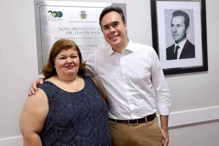 A secretária de Saúde de Santa Bárbara d'Oeste, Lucimeire Rocha, ao lado do prefeito Denis Andia
