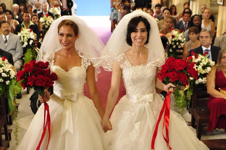 Sueli (Andréa Beltrão) e Fátima (Fernanda Torres) chegam na igreja
