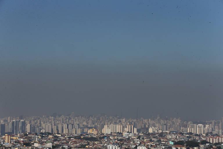 Vista geral da cidade de São Paulo a partir da Vila Brasilândia, na zona norte da capital, mostra que a faixa de poluição aumentou após a flexibilização da quarentena