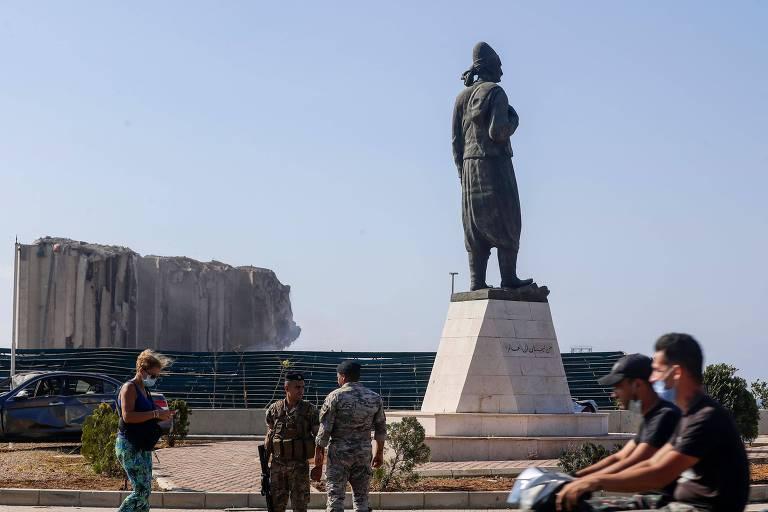 Estátua em homenagem aos imigrantes, que sobreviveu à explosão no porto de Beirute