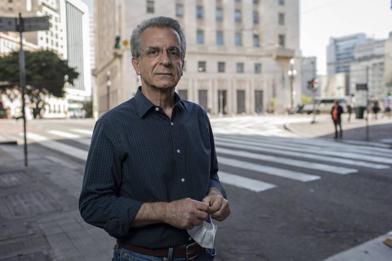 Andrea Matarazzo (PSD) no centro histórico de São Paulo; ao fundo o prédio da prefeitura, que leva seu sobrenome