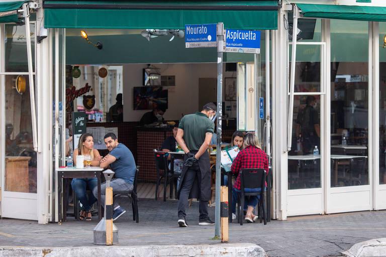 Alguns bares serão autorizados a colocar mesas nas calçadas em projeto-piloto no centro da capital paulista
