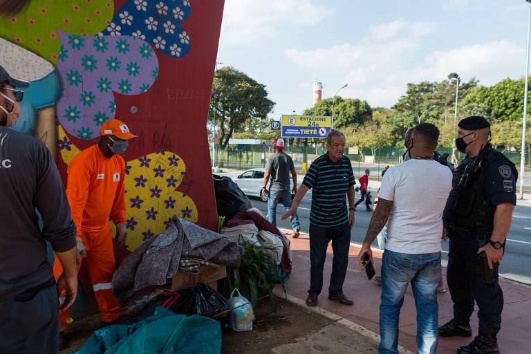 Em plena pandemia de Covid-19, a Prefeitura de São Paulo retira pessoas em situação de rua  da avenida Cruzeiro do Sul, como Edson Monteiro Azeredo, de 79 anos