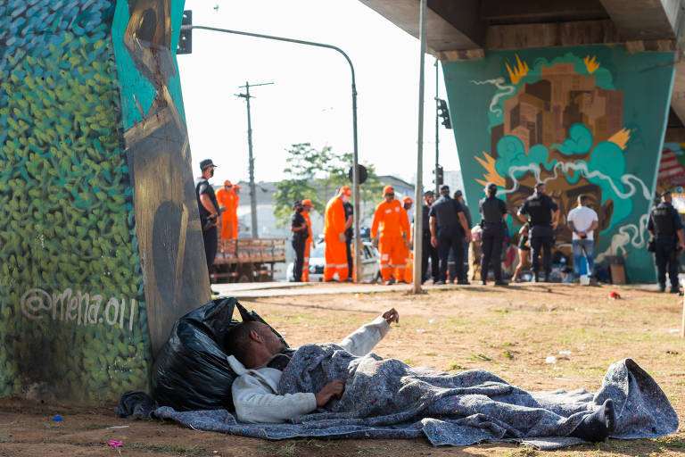 Em plena pandemia de Covid-19, Prefeitura de São Paulo retira pessoas em situação de rua da avenida Cruzeiro do Sul, que haviam instalado barracas embaixo da linha 1-Azul do Metrô