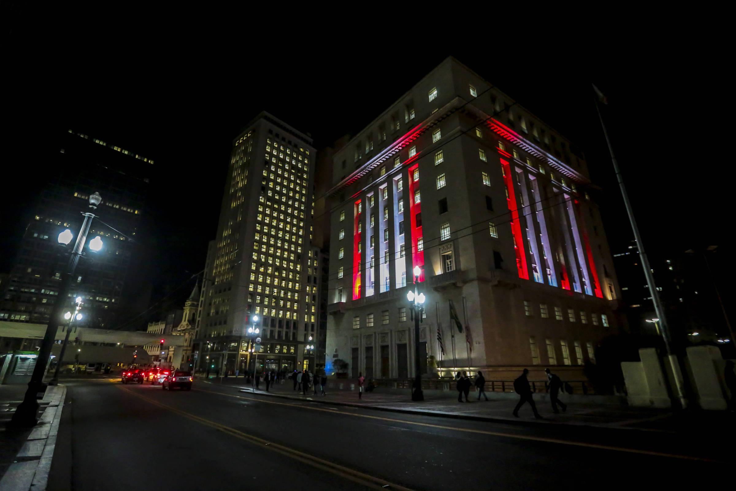 Após explosões em Beirute, São Paulo ilumina prédios com as cores do Líbano