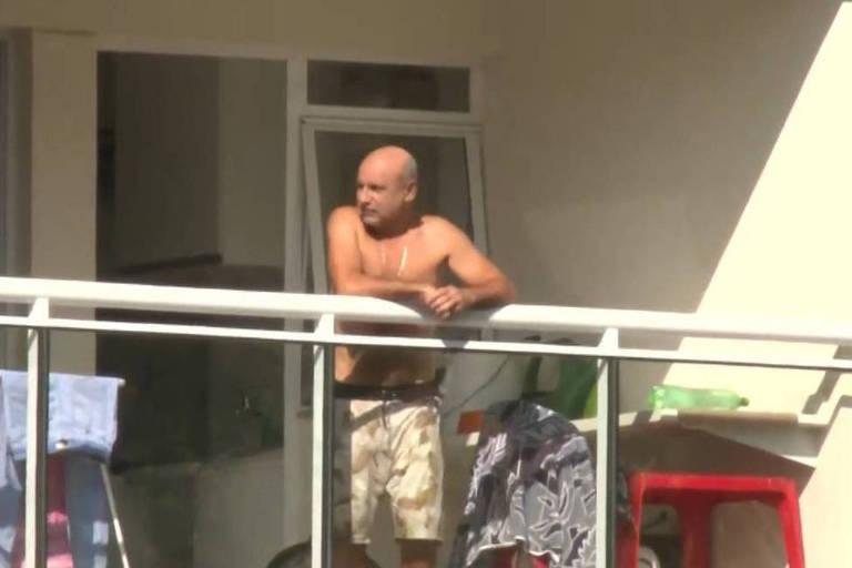 O ex-assessor Fabrício Queiroz na varanda do apartamento onde cumpre prisão domiciliar, no Rio de Janeiro
