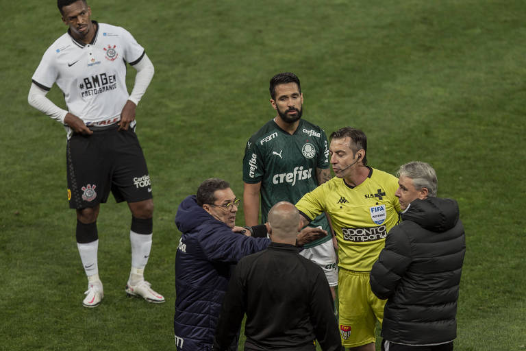 O árbitro Raphael Claus chama os técnicos Vanderlei Luxemburgo e Tiago Nunes, após reclamação do gandula pelos alviverdes, na primeira partida da final do Campeonato Paulista