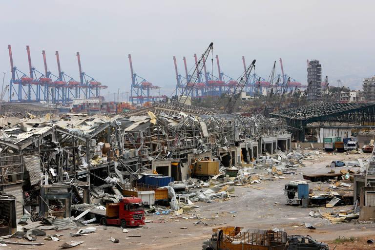 Área portuária de Beirute, capital do Líbano, atingida por uma grande explosão