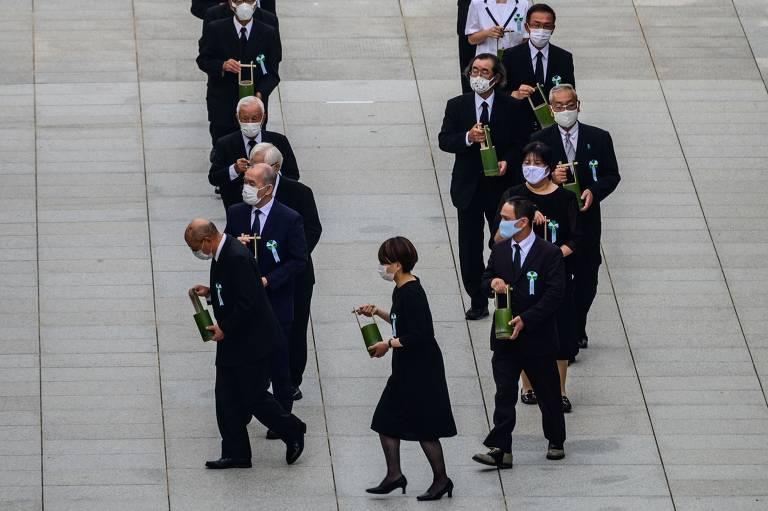 Participantes da homenagem levaram recipientes com água