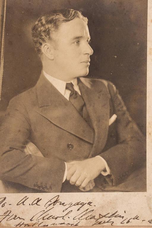 """Charles Chaplin com dedicatória autografada para """"Gonzaga"""" na parte inferior. O quase sempre inacessível Carlitos recebeu o jornalista Adhemar Gonzaga em Hollywood no ano de 1929 e dedicou a ele essa fotografia assinada de próprio punho em frente a Gonzaga"""