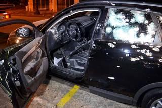 Homem é executado com tiros de fuzil dentro de um carro blindado