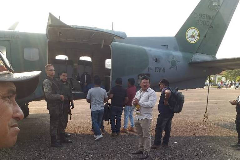 Indígenas mundurucus pró-garimpo embarcam em avião da FAB em Jacareacanga (PA) rumo a Brasília, onde participariam de reuniões do governo sobre exploração de ouro