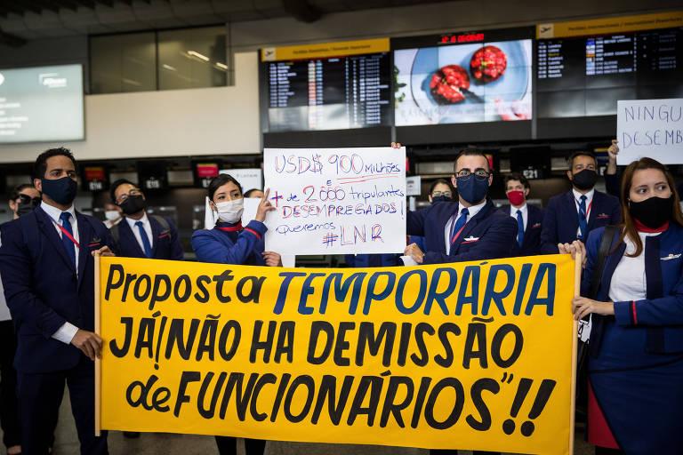 Tripulantes da Latam fazem protesto contra as demissões na companhia