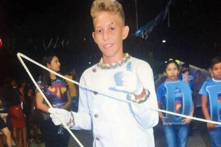Adolescente de cabelos loiros curto e camiseta branca longa segura um aro de metal