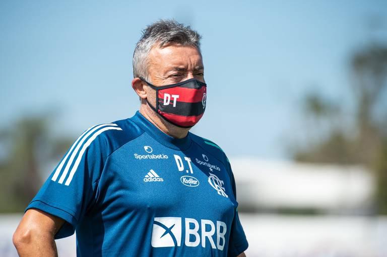 O espanhol Domènec Torrent, escolhido para substituir o português Jorge Jesus, comanda treino do Flamengo no CT Ninho do Urubu