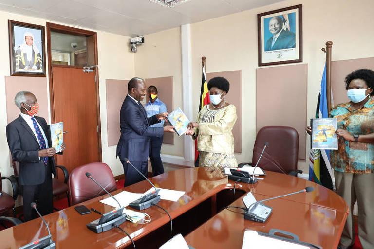 O advogado Apollo Makubuya entrega petição para a mudança de nomes e monumentos de Uganda à presidente da Câmara do país, Rebecca Kadaga