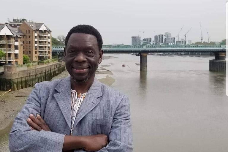 O professor ugandês de história africana Milton Allimadi posa em frente ao rio Tâmisa, em Londres
