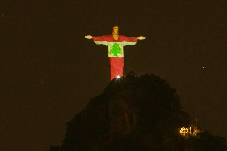 O Cristo Redentor, no alto do Corcovado, na zona sul do Rio, recebe projeção da bandeira do Líbano