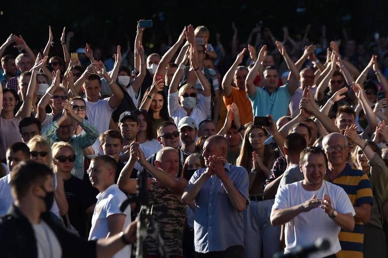 Apoiadores da candidata de oposição Svetlana Tikhanovskaia durante evento em Minsk, na Belarus