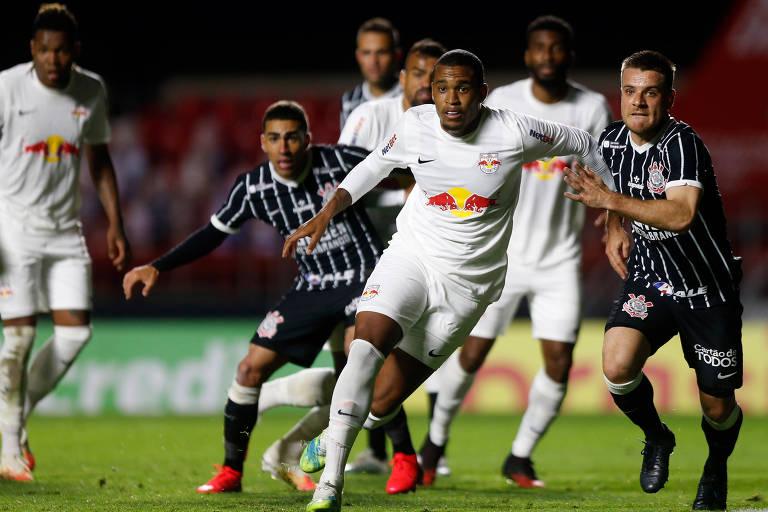 Jogadores do Bragantino (de branco) defendem escanteio cobrado pelo Corinthians