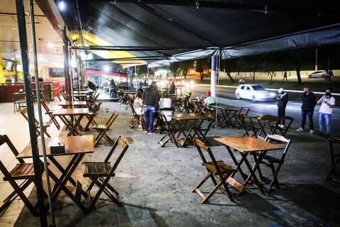 SÃO PAULO, SP, BRASIL. 06.08.2020 - COVID19 - Prefeitura autorizou a reabertura de bares e restaurantes noturno mas com limitação de público e com horario restrito até as 22h. Bares e restauntes na região da Av. Luis Dumont Vilares.  (foto: Rubens Cavallari/Folhapress, NAS RUAS)