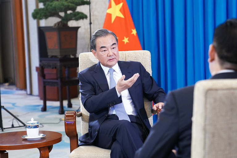 Wang Yi, ministro de Relações Exteriores da China, durante entrevista à agência Xinhua, em Pequim