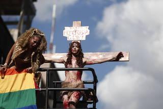 Manifestante crucificada na Parada Gay em S�o Paulo