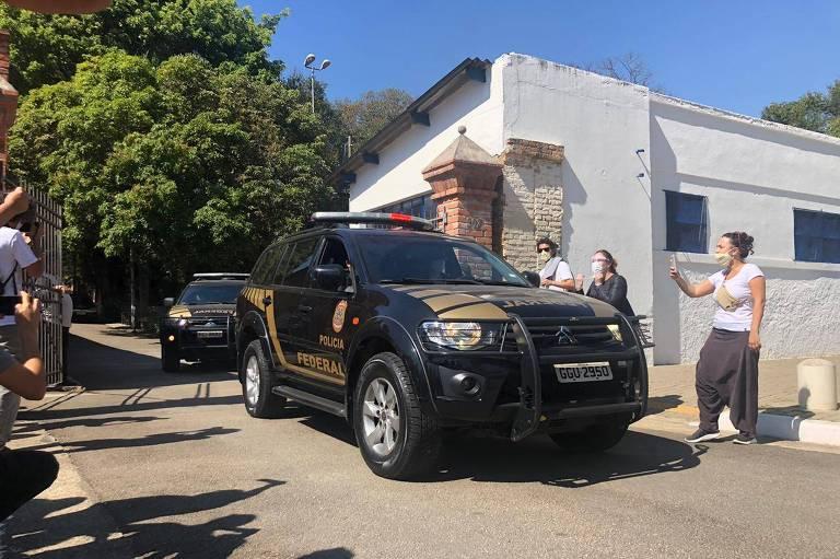Viaturas da Polícia Federal deixam a Cinemateca Brasileira na manha desta sexta-feira (7)