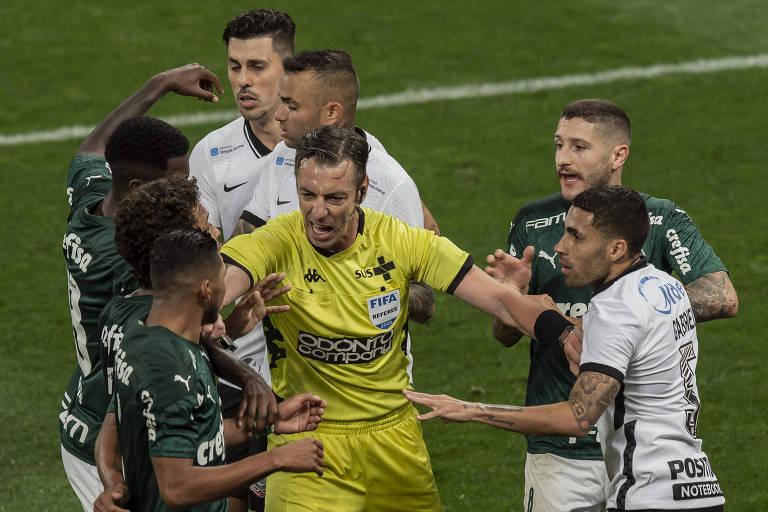 Raphael Claus tenta separar corintianos e palmeirenses durante confusão no jogo de ida da final