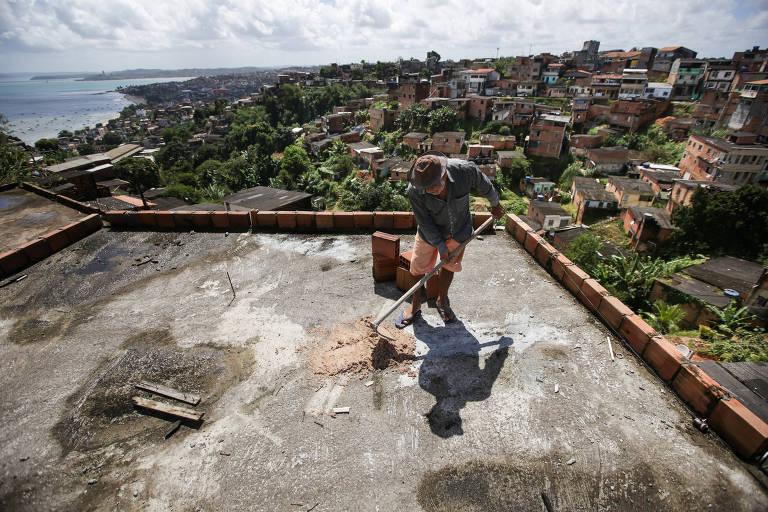 Antonio João dos Santos, 64, trabalhando na obra de sua residência no bairro do Rio Sena no subúrbio de Salvador.