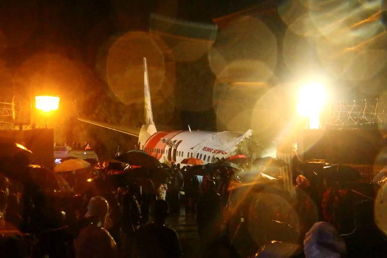Equipes de emergência buscam sobreviventes do voo da Air India que se partiu em dois ao pousar no aeroporto de Calicute