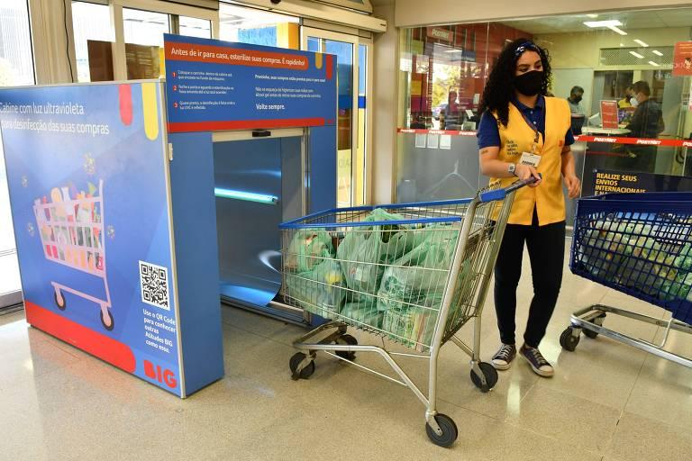 Cabine de luz ultravioleta para desinfecção de compras em loja do Grupo Big