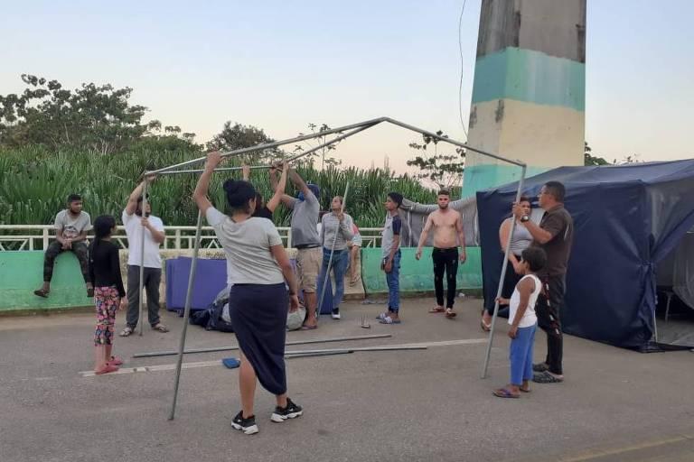 Imigrantes na ponte entre o Brasil e o Peru; eles conseguiram entrar no Acre após decisão da Justiça