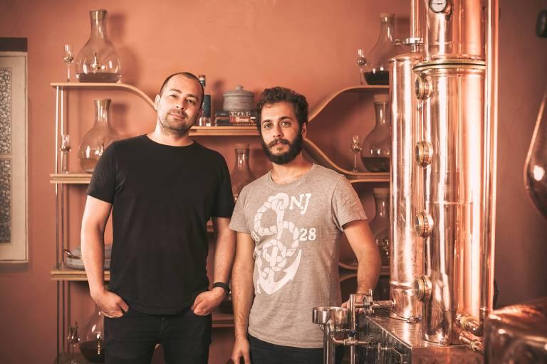 Os donos da destilaria Yvy, Darren Rook (à esq.) e André Sá Fortes
