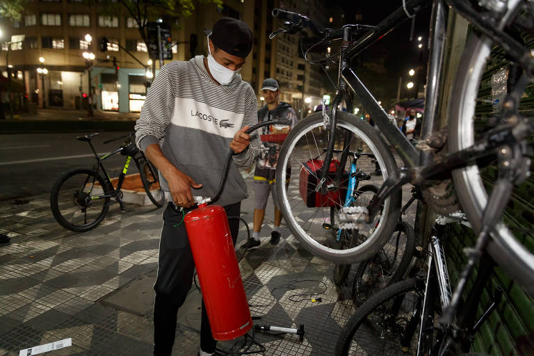 Mecânicos de bikes salvam entregadores nas ruas de São Paulo