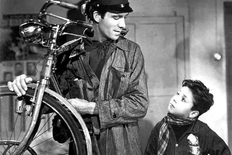 Os atores Lamberto Maggiorani (à esq.) e Enzo Staiola em cena do filme 'Ladrões de Bicicletas' (1948), de Vittorio De Sica, um dos clássicos do neorrealismo italiano