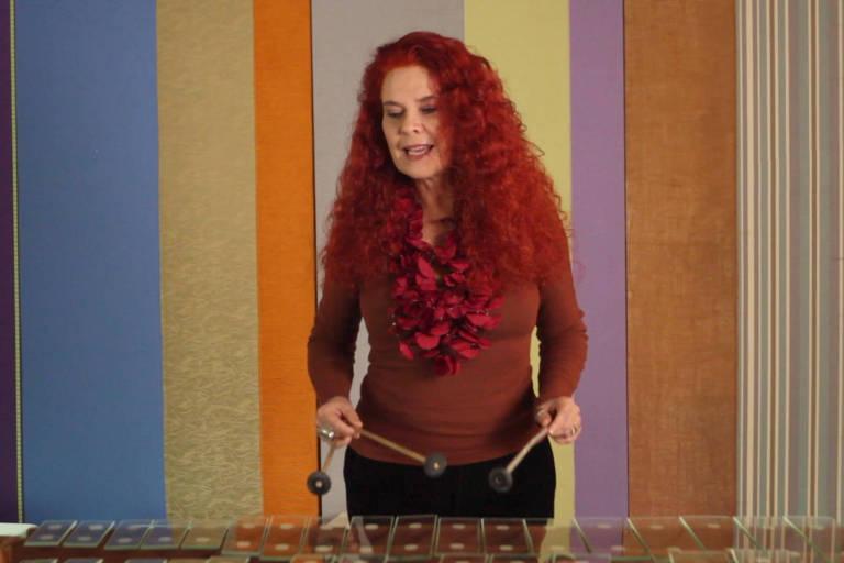 Sandra Peres toca marimba de vidro