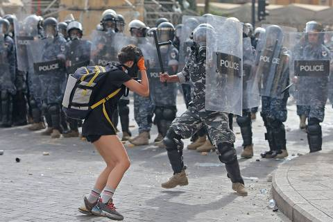 Polícia lança gás lacrimogêneo contra manifestantes em Beirute