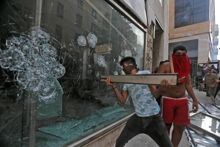 Manifestantes invadem ministério em Beirute