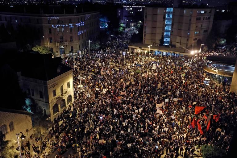 Manifestantes em protesto contra o governo de Israel nos arredores da casa do premiê Benjamin Netanyahu