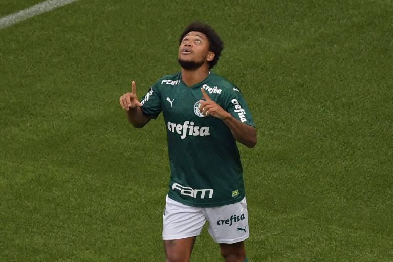 Luiz Adriano comemora gol que abriu o placar no Allianz Parque
