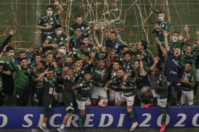 Jogadores do Palmeiras comemoram a conquista do Campeonato Paulista após bater o Corinthians nos pênaltis