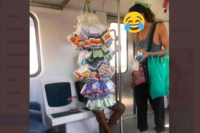 Homem sentado em vagão de trem segura saquinhos com embalagem de remédio e, em pé, a seu lado, uma mulher parece comprar um medicamento