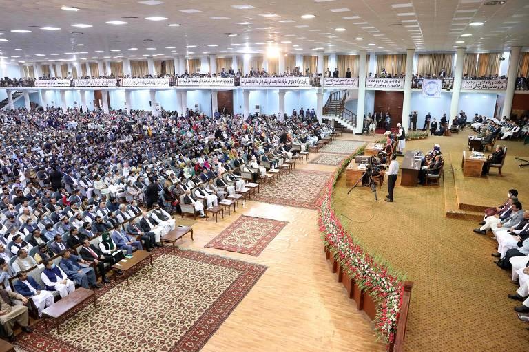 Afegãos durante o último dia da grande assembleia, conhecida Loya Jirga, em Cabul