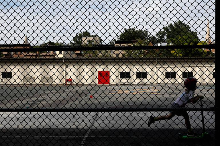 Escolas de NY podem reabrir, mas em outros estados dos EUA ano letivo deve começar remotamente
