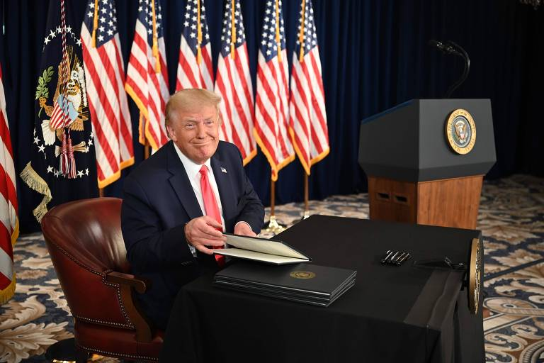 Presidente Donald Trump assina ordem executiva estendendo alívio econômico durante a pandemia de coronavírus