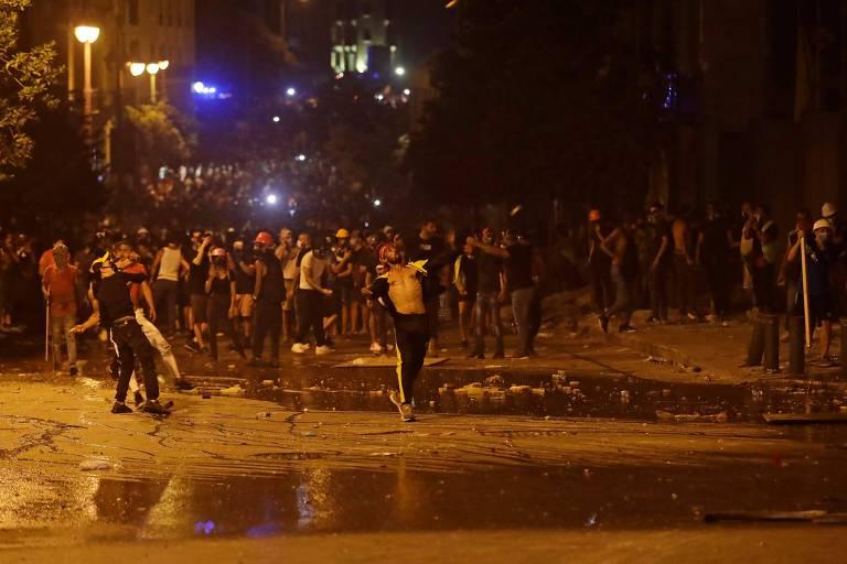 Manifestantes entram em confronto com a polícia pelo segundo dia seguido, em Beirute