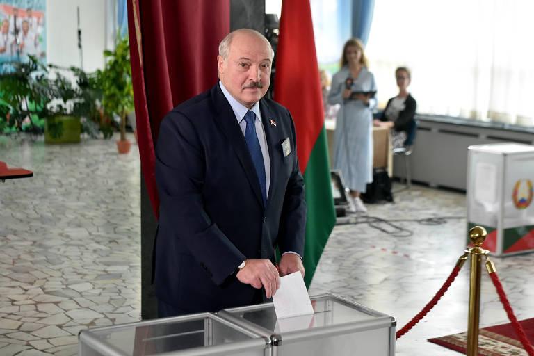 O líder bielorrusso, Aleksandr Lukachenko, vota no pleito deste domingo em Minsk