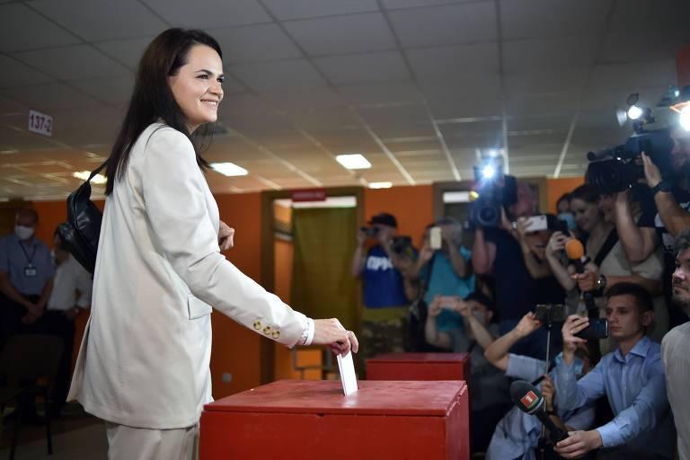 A candidata presidencial Svetlana Tikhanovskaia vota em Minsk neste domingo