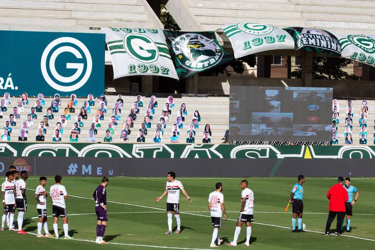 Jogadores do São Paulo no gramado do estádio da Serrinha, em Goiânia, esperando pelos atletas do Goiás